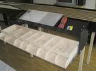 ovládací panel, dole je šuplík na odkladanie ovládačov a budúci držiak na nákladové karty